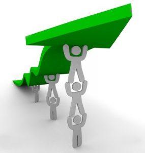 Personas levantando entre todas una flecha verde ascendente que indica progreso juntos.