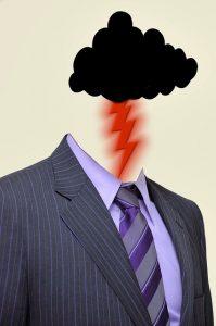 Una persona vestida de traje y en el lugar de su cabeza hay una nube oscura con un rayo