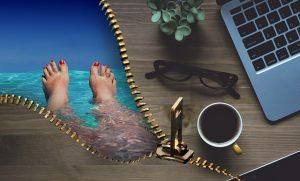 Foto divida en dos representando las vacaciones en la playa y el trabajo en la oficina con el ordenador.