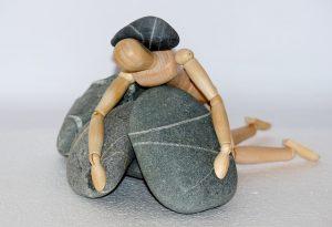 Marioneta aplastada bajo el paseo de varias piedras.