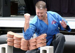 Karateka rompiendo un bloque de ladrillos