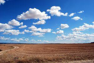 Un tranquilo campo con nubes