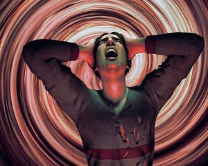Persona gritando desesperada sobre una espiral de colores