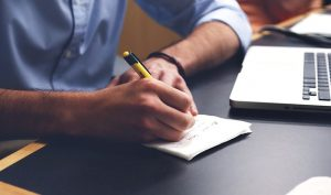 Persona escribiendo sus objetivos vitales