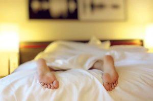 Persona tumbada en la cama durmiendo placidamente