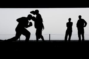 SIluetas de deportistas entrenando boxeo