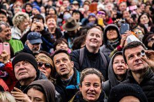 Multitud mirando a cámara