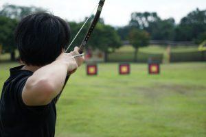 Arquero apuntando a la diana con una flecha