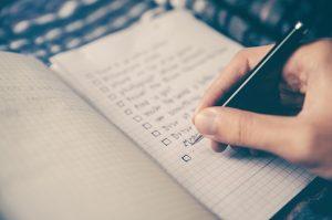 Persona escribiendo sus objetivos en la vida