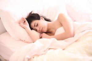 Mujer durmiendo profundamente en una cómoda cama