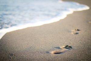Huellas de pies en la arena de la playa