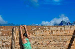 Mujer intentando saltar un muro