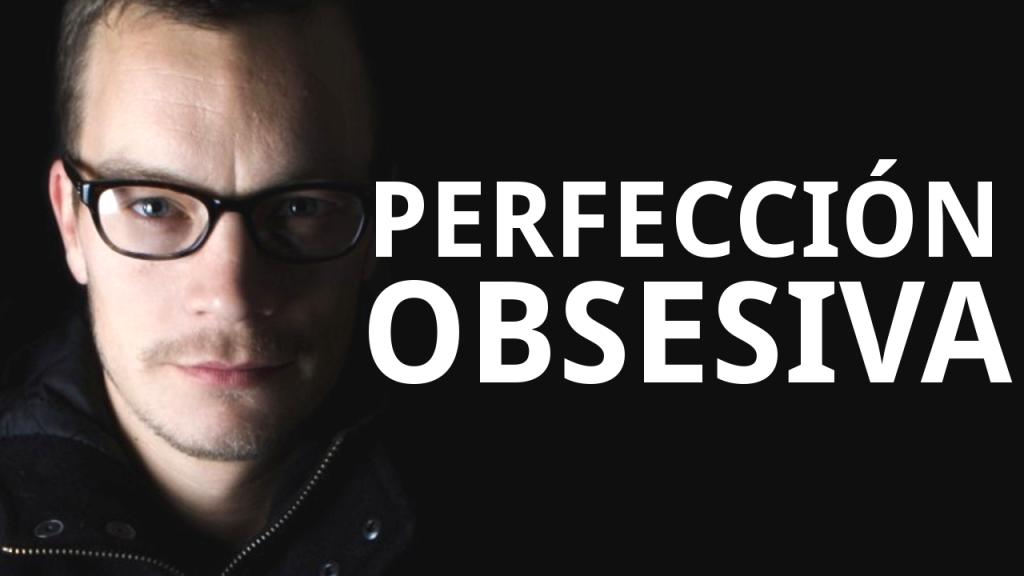 """Joven con gafas junto al texto """"perfeción obsesiva"""""""