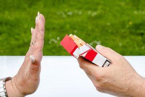 Persona negándose a aceptar un cigarrillo