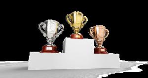 Tres trofeos en un podio de ganadores