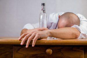 hombre borracho con una botella de alcohol adicto