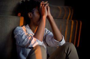 mujer con manos en la cabeza gesto de desesperación por no poder superar adicción