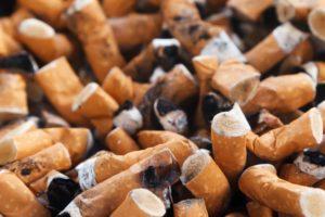 Muchas colillas de cigarro aplastadas