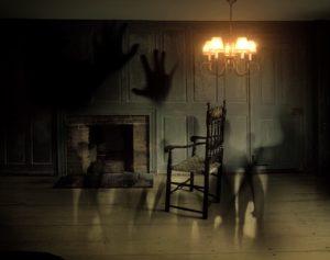 Casa del terror con fantasmas y sombras