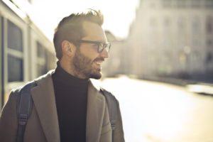 Hombre atractivo y con gafas sonriendo