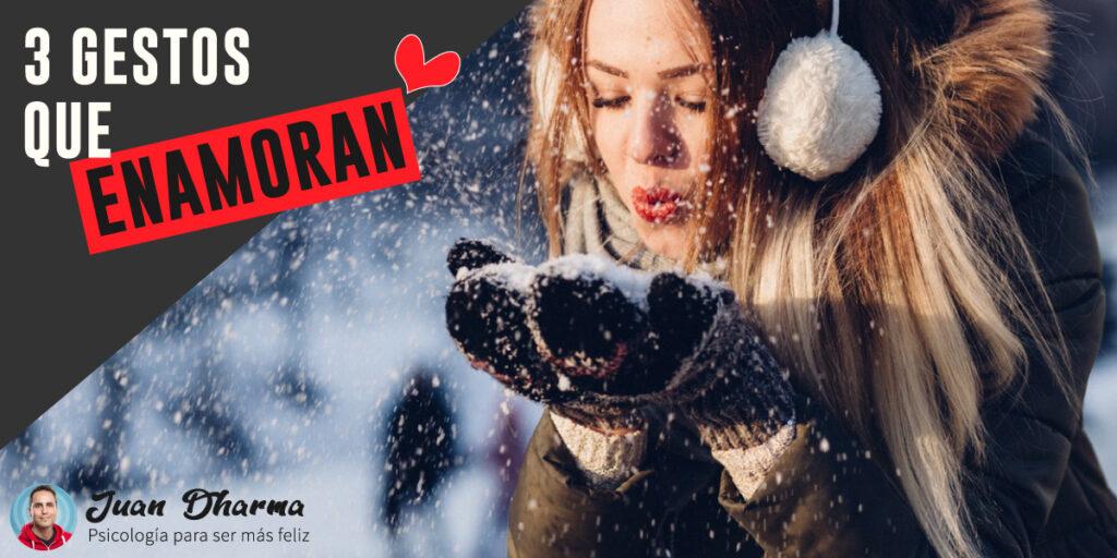 """Mujer soplando nieve junto al texto: """"3 gestos que enamoran"""""""
