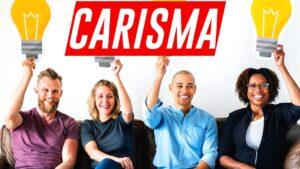 """Personas carismáticas enseñando un cartel con la palabra """"carisma"""""""