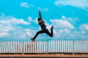 realizar tus deseos en busca de la felicidad saltando alegría